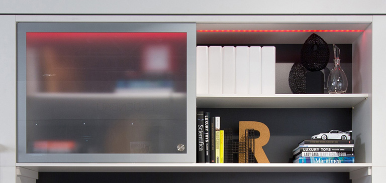 Strip lights and the aluminium and glass frame turn the shelf into an eye-catcher